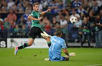 FUSSBALL   CHAMPIONS LEAGUE   SAISON 2013/2014   PLAY-OFF FC Schalke 04 - Paok Saloniki        21.08.2013 Adam Szalai (li, FC Schalke 04) gegen Torwart Jacobo (re, Paok)
