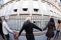 """People """"Hugging"""" the Princess Hospital (Madrid) against the privatization of the public health in Spain"""