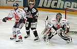 Deutscher Eishockey Pokal 2003/2004 , Halbfinale, Arena Nuernberg (Germany) Nuernberg Ice Tigers - Koelner Haie (1:3) links Stephane Julien (Nuernberg) mitte Andreas Morczinietz (Koeln) lauert, rechts Frederic Chabot (Nuernberg) im Tor.