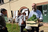 Il Casale Podere Rosa è un'associazione no profit e gestisce l'omonimo centro sociale in un vecchio casale di campagna del Comune di Roma..Organizzano la BioOSTERIA, il BioPUB e il GAABE (gruppo di acquisto di alimenti biologici e equosolidali)..Casale Podere Rosa is a non-profit and operates the eponymous community center in an old farmhouse in the countryside of the municipality of Rome. .Organize BioOSTERIA, the BioPUB and GAABE (group purchasing of organic food and fair trade)..