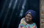 Foto: VidiPhoto..BULAWAYO - Armoede in Zimbabwe. Het gezin van de 40-jarige weduwe Sifiso Mpofu uit de omgeving van Bulawayo. De vrouw woont met haar kinderen in een stenen hutje op een afgelegen stuk land van haar familie en krijgt voedselhulp van de ZOE, een hulporganisatie uit Zimbabwe zelf. Ze verbouwt een beetje maïs en heeft van ZOE een paar kippen gekregen om in haar levensonderhoud te voorzien. Sifiso heeft hiv en is ten dode opgeschreven.