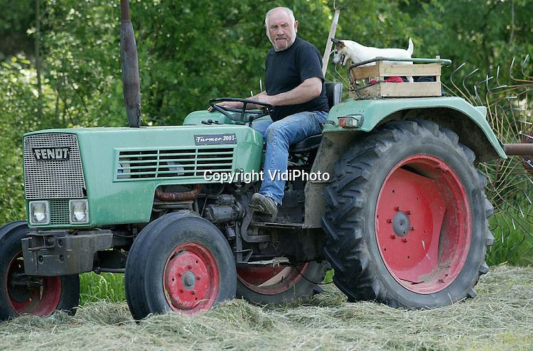 Foto: VidiPhoto..DODEWAARD - Een betere 'boer' dan Pukkie bestaat er niet. De zevenjarige Jack Russel van veehouder Rein van Kleef uit Dodewaard is onafscheidelijk verbonden met het boerenbedrijf. Bij iedere activiteit 'helpt' het kleine keffertje zijn baas. Zijn favoriete bezigheid is echter hooien. Nauwlettend blaffend volgt Pukkie vanuit zijn zetel op de tractor -een oude appelkist- iedere handeling.