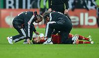 FUSSBALL  DFB POKAL       SAISON 2012/2013 FC Bayern Muenchen - 1 FC Kaiserslautern  31.10.2012 Rafinha (FC Bayern Muenchen) wird von Dr. Hans Wilhelm Mueller Wohlfahrt behandelt