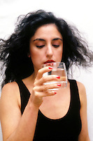 Cibi e bevande. Food and beverages. .Ragazza beve un bicchiere di acqua..Girl drink a glass of water....