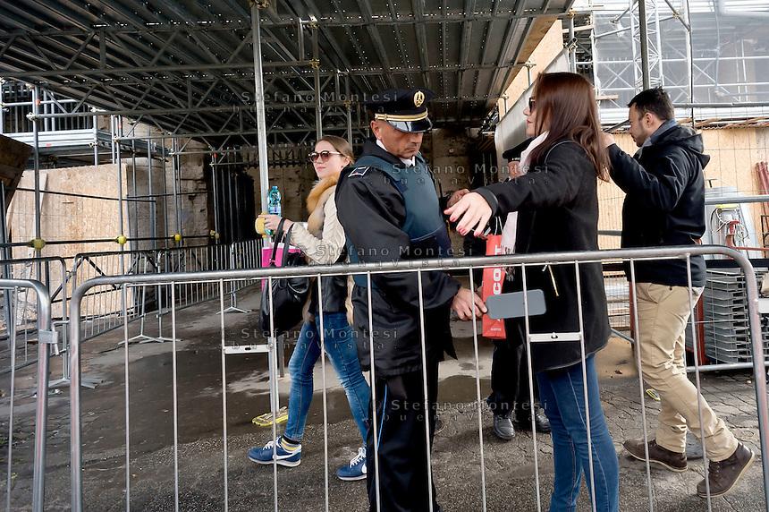 Roma 23 Novembre 2015<br /> Colosseo sorvegliato speciale in vista del Giubileo essendo un luogo di forte impatto turistico. Il piano, ideato dalla questura con la prefettura e forze dell&rsquo;ordine, prevede un potenziamento dei controlli antiterrorismo nella zona intorno al Colosseo. I turisti vengono controllati all'ingresso del Colosseo durante i controlli antiterrorismo al Colosseo.<br /> Rome 23 November 2015<br /> Colosseum special surveillance in view of the Jubilee being a place of great tourist impact. The plan, devised by the police with the prefecture, provides for the reinforcement of anti-terrorism controls in the area around the Colosseum.  Tourists are checked at the entrance of the Colosseum during the anti-terrorism controls at the Colosseum.