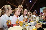 Foto: VidiPhoto<br /> <br /> ARNHEM - Kinderen zijn de afgelopen jaren steeds vaker gaan ontbijten. Bijna 90 procent van de kinderen op de basisschool ontbijt elke dag; dat is 10 procent meer dan tien jaar geleden. Dat blijkt uit cijfers die maandag bekend zijn gemaakt tijdens de offici&euml;le start van het Nationaal Schoolontbijt in het Nederlands Openluchtmuseum. Het 'ontbijtonderzoek' is gehouden onder ruim duizend basisschoolleerlingen. Het vaakst (71 procent) wordt gekozen voor brood met zoet beleg. Fruit (8 procent) en groente (2 procent) zijn weinig populair. Dat schoolontbijt is de laatste jaren telkens een stukje aangepast en nu nog &rsquo;gezonder&rsquo; geworden. Zo zit er dit jaar groente bij het ontbijt. Maandag hebben kinderen van basisschool De Schatgraaf in Arnhem de week van het Nationaal Schoolontbijt officieel geopend in aanwezigheid van Linda de Mol en de Arnhemse burgemeester Herman Kaiser. In totaal zullen bijna een half miljoen kinderen op 2600 basisscholen deze week samen gezond ontbijten. In 245 gemeenten gaan schoolklassen met hun burgemeester in het stadhuis een broodje eten.