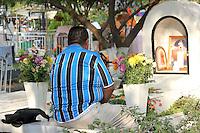 Quer&eacute;taro, Qro. 01 Noviembre 2012. Familiares preparan tumbas para la llegada de sus muertos,  como cada a&ntilde;o en el d&iacute;a de muertos y todo santos llegan familiares a los panteones para adornar y limpiar las tumbas de sus muertos.<br /> Foto: Quetza Rangel.