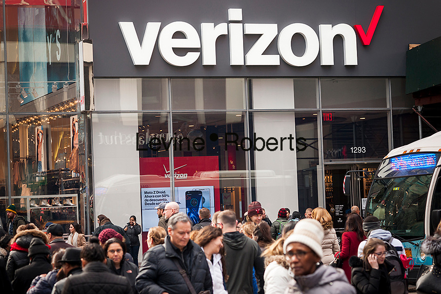 Pedestrians cross Herald Square in front of a Verizon Wireless store in New York on Thursday, January 26, 2017.  Verizon is reported to be in talks to merge with Charter Communications, the second largest cable provider in the U.S. (© Richard B. Levine)