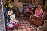 L'Avana <br /> cuentapropista, ovvero venditrice in proprio di qualche prodotto. Una signora seduta osserva i suoi pochi oggetti in vendita