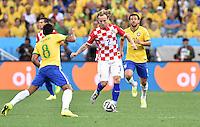FUSSBALL WM 2014  VORRUNDE    Gruppe A    12.06.2014 Brasilien - Kroatien Ivan Rakitic (Mitte, Kroatien) gegen Paulinho (li, Brasilien)