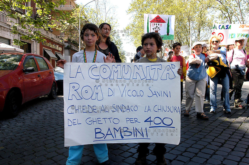 Roma   28 Aprile 2005  .La comunita' rom di  Vicolo Savini, manifesta per chiedere la chiusura del campo e una sistemazione dignitosa in nuovi villaggi attrezzati.Rome April 28, 2005.The community 'Roma Vicolo Savini manifests to demand the closure of the field and a decent accommodation in new villages equipped.the banner reads: The community 'Roma Vicolo Savini asked the mayor to close the ghetto for 400 children.