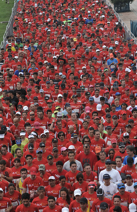 BOGOTA – COLOMBIA – 16-03-2013: Cerca de 10000 atletas participaron en la segunda versión del Avianca RunTour 2014, por las calles de Bogota. Avianca impulsado a promover el atletismo como deporte universal, al tiempo contribuye a la salud de los niños de escasos recursos económicos que requieren atención medica y quirúrgica especializada, es asi como Avianca entrega a la Fundacion Cardio Infantil los dineros recaudados para la dotación de la Unidad de Cuidados Intensivos de Neonatos. / Nearly 10,000 athletes participated in the second version of Avianca RunTour 2014, in the streets of Bogota. Avianca driven to promote athletics as universal sport, while contributing to the health of children of low income who require specialized medical and surgical care, is also Avianca delivery to the Fundacion Cardio Infantil, the monies raised for the endowment of the unit Neonatal Intensive Care. Photo: VizzorImage / Luis Ramirez / Staff.