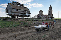 There are ghost (deserted) towns and farms all around Moscow... this is a deserted church from the 1680's and a grainery (I think) belonging to the deserted farm next door in Novo-Tishevoye