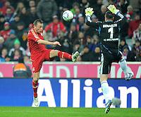 FUSSBALL   1. BUNDESLIGA  SAISON 2011/2012   19. Spieltag FC Bayern Muenchen - VfL Wolfsburg      28.01.2012 Torvorlage Tor zum 2:0 Ivica Olic (li, FC Bayern Muenchen) gegen Torwart Diego Benaglio (VfL Wolfsburg)