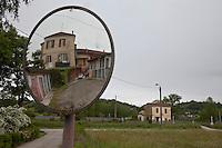 Portacomaro stazione, un avecchia abitazione e cascine riflesse in uno specchio