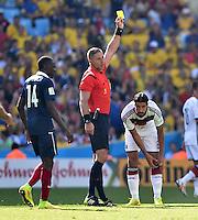 FUSSBALL WM 2014                VIERTELFINALE Frankreich - Deutschland           04.07.2014 Schiedsrichter Nestor Pitana zeigt Sami Khedira (Deutschland) die gelbe Karte