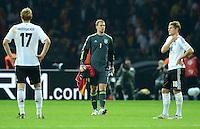 Fussball International  WM Qualifikation 2014   16.10.2012 Deutschland - Schweden Enttaeuschung Per Mertesacker, Torwart Manuel Neuer und Toni Kroos (v. li., Deutschland)
