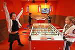 Foto: VidiPhoto<br /> <br /> ARNHEM - Alleen in het Holland Huis van het Nederlands Openluchtmuseum kan er woensdag nog gejuicht worden voor het Nederlands Elftal. De vorige week geopende tentoonstelling &quot;Helden aan de Bal&quot; is een groot succes. Er is massale belangstelling voor expositie, met hoogtepunten uit de Nederlandse voetbalgeschiedenis vanaf 1974, toen voor het eerst het Oranjegevoel toesloeg. Met name kinderen, die het de laatste tijd moeten doen met vergane Oranjeglorie, kijken hun ogen uit bij het zien van de indrukwekkende successen uit het verleden. Voor de beroemdste voetballer aller tijden, Johan Cruijff, is er zelfs een speciaal aan hem gewijde zaal. Helden aan de bal toont de bezoekers 40 jaar voetbalgeschiedenis, met als absoluut hoogtepunt 1988. Bij de uitgang van het Holland Huis kunnen de voetbalfanaten de klassiekers nog eens dunnetjes overdoen aan een tweetal voetbaltafels