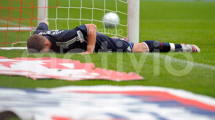 FUSSBALL   1. BUNDESLIGA   SAISON 2008/2009   4. SPIELTAG 1. FC Koeln - FC Bayern Muenchen                 13.09.2008 Lukas PODOLSKI (Muenchen) liegt am Boden nach seinem Treffer zum 3-0 gegen seinen ehemaligen Verein 1.FC Koeln.