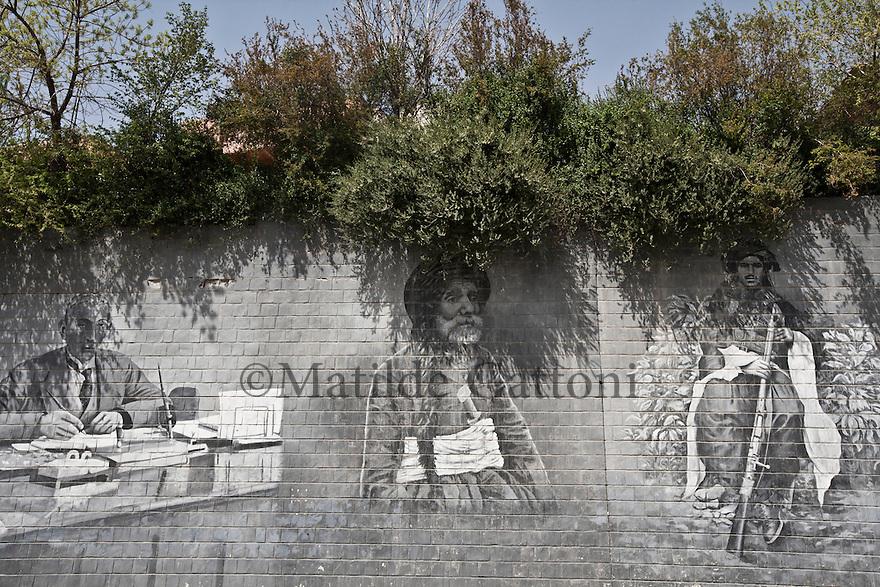 Iraq - Kurdistan - Sulaymaniyah -   Paintings of traditional kurds in Salem street