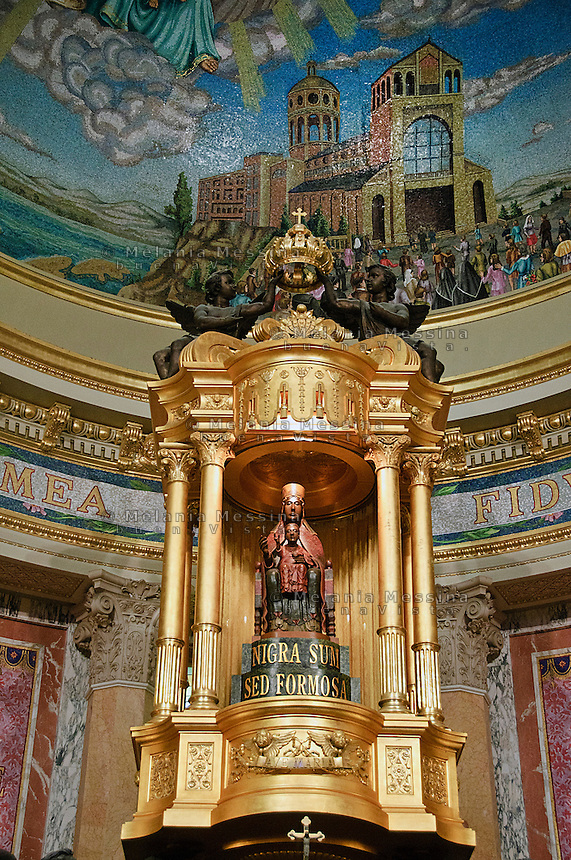 statua della Madonna nera e di Ges&ugrave;  del santuario di Tindari<br /> Black Madonna in Tindari sanctuary