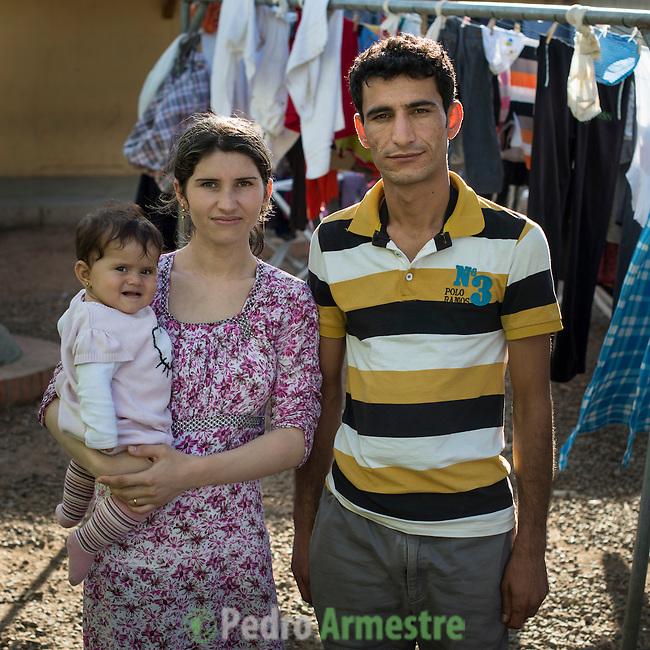 16 septiembre 2015. Melilla <br /> Mohammed, de 25 a&ntilde;os, y Rania, de 19 a&ntilde;os, son refugiados sirios que salieron hace dos a&ntilde;os de Siria. Su hija, Lavint, naci&oacute; en Marruecos. Ahora los tres permanecen en el Centro de Estancia Temporal de Inmigrantes (Ceti). La ONG Save the Children exige al Gobierno espa&ntilde;ol que tome un papel activo en la crisis de refugiados y facilite el acceso de estas familias a trav&eacute;s de la expedici&oacute;n de visados humanitarios en el consulado espa&ntilde;ol de Nador. Save the Children ha comprobado adem&aacute;s c&oacute;mo muchas de estas familias se han visto forzadas a separarse porque, en el momento del cierre de la frontera, unos miembros se han quedado en un lado o en el otro. Para poder cruzar el control, las mafias se aprovechan de la desesperaci&oacute;n de los sirios y les ofrecen pasaportes marroqu&iacute;es al precio de 1.000 euros. Diversas familias han explicado a Save the Children c&oacute;mo est&aacute;n endeudadas y han tenido que elegir qui&eacute;n pasa primero de sus miembros a Melilla, dejando a otros en Nador.  &copy; Save the Children Handout/PEDRO ARMESTRE - No ventas -No Archivos - Uso editorial solamente - Uso libre solamente para 14 d&iacute;as despu&eacute;s de liberaci&oacute;n. Foto proporcionada por SAVE THE CHILDREN, uso solamente para ilustrar noticias o comentarios sobre los hechos o eventos representados en esta imagen.<br /> Save the Children Handout/ PEDRO ARMESTRE - No sales - No Archives - Editorial Use Only - Free use only for 14 days after release. Photo provided by SAVE THE CHILDREN, distributed handout photo to be used only to illustrate news reporting or commentary on the facts or events depicted in this image.