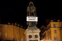 Roma 7 Febbraio 2011.Le statue di Roma tornano a parlare,  durante la notte  sono stati appesi dei cartelli sulle staue che fanno riferimento alla situazione politica attuale. Giordano Bruno a Campo de Fiori