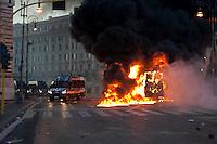 Roma  15 Ottobre 2011.Manifestazione contro la crisi e l'austerità.Scontri tra manifestanti e forze dell'ordine.Un blindato dei carabinieri incendiato dai manifestanti in pzza San Giovanni. S..