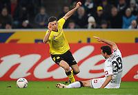 FUSSBALL   1. BUNDESLIGA   SAISON 2011/2012    15. SPIELTAG Borussia Moenchengladbach - Borussia Dortmund        03.12.2011 Robert LEWANDOWSKI (li, Dortmund) gegen Martin STRANZL (re, Moenchengladbach)