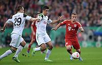 FUSSBALL  DFB-POKAL  HALBFINALE  SAISON 2012/2013    FC Bayern Muenchen - VfL Wolfsburg            16.04.2013 Xherdan Shaqiri (re, FC Bayern Muenchen) gegen Jan Polak (li) und Slobodan Medojevic (re, beide  VfL Wolfsburg)