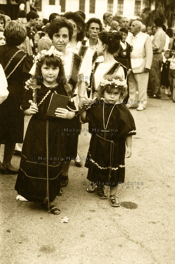 Palermo, feast of Saint Rosalia: young girls dressed like the saint.<br /> Palermo, festino di Santa Rosalia: bambine vestite come la santa.