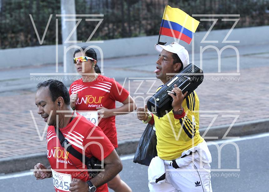 BOGOTA – COLOMBIA – 15-03-2015: Cerca de 10000 atletas participaron en la tercera versión del Avianca RunTour 2015, por las calles de Bogota. Avianca impulsado a promover el atletismo como deporte universal, al tiempo contribuye a la salud de los niños de escasos recursos económicos que requieren atención medica y quirúrgica especializada, es asi como Avianca entrega a la Fundacion Cardio Infantil los dineros recaudados para la dotación de la Unidad de Cuidados Intensivos de Neonatos. / Nearly 10,000 athletes participated in the third version of Avianca RunTour 2015, in the streets of Bogota. Avianca driven to promote athletics as universal sport, while contributing to the health of children of low income who require specialized medical and surgical care, is also Avianca delivery to the Fundacion Cardio Infantil, the monies raised for the endowment of the unit Neonatal Intensive Care. Photo: VizzorImage / Luis Ramirez / Staff.