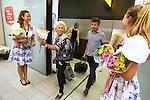 Foto: VidiPhoto <br /> <br /> AMSTERDAM - Welkom thuis! Op Schiphol worden donderdag, de koudste zomerdag van dit jaar, duizenden terugkerende vakantiegangers verrast met zomerchrysanten. Voor veel Nederlanders zit de zomervakantie er op en start vanaf aanstaande maandag weer een nieuwe werkweek. Met dit fleurige presentje bedankt de 100-jarige luchthaven hun passagiers dat zij voor een reis via Schiphol hebben gekozen en hoopt dat zij, met het zonnige boeketje, hun vakantiegevoel nog even vast houden. In de zomermaanden juli en augustus reizen circa 12,7 miljoen mensen via Schiphol een flinke toename ten opzicht van 2015 (10,6 miljoen passagiers).