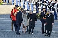 EXCLUSIF : La reine Mathilde de Belgique perd sa chaussure lors de la c&eacute;r&eacute;monie d'accueil officiel Le roi Philippe de Belgique et la reine Mathilde de Belgique en visite d'&eacute;tat aux Pays-Bas, lors d'une c&eacute;r&eacute;monie d'accueil officiel avec le roi Willem-Alexander des Pays-Bas et la reine Maxima des Pays-Bas .<br /> Pays-Bas, Amsterdam, 28 novembre 2016<br /> EXCLUSIVE : Queen Mathilde of Belgium loses her shoe during the welcoming ceremony - King Philippe of Belgium and Queen Mathilde of Belgium on a State Visit to The Netherlands, during the official welcoming ceremony with King Willem-Alexander of The Netherlands and Queen Maxima of The Netherlands.<br /> Netherlands, Amsterdam, 28 November 2016.