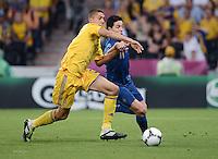 FUSSBALL  EUROPAMEISTERSCHAFT 2012   VORRUNDE Ukraine - Frankreich               15.06.2012 Yevhen Khacheridi (li, Ukraine) gegen Samir Nasri (re, Frankreich)
