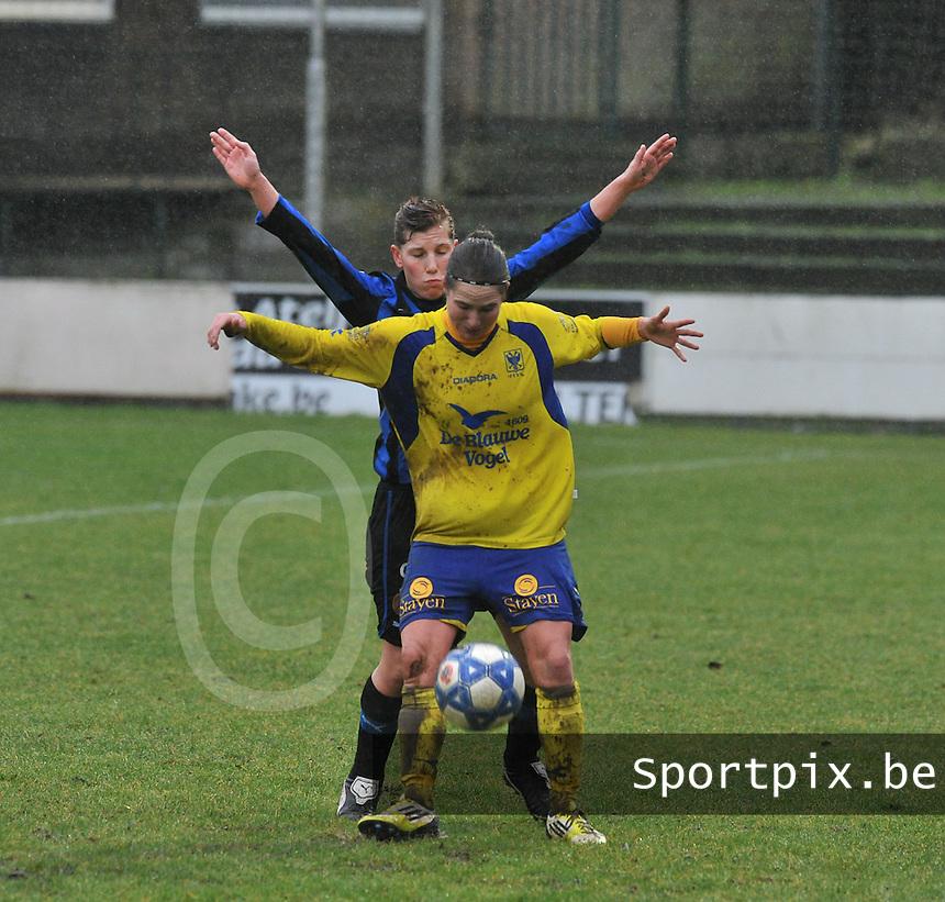 Club Brugge - STVV : duel tussen Kristien Elsen (voor en Lita Pousseele.foto Joke Vuylsteke / Vrouwenteam.be