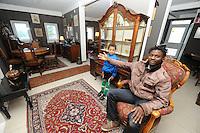 ALGEMEEN: HEERENVEEN: 30-10-2013, Evangelische kringloopwinkel, Beheerder afdeling antieke meubelen Claude Tchakoua, ©foto Martin de Jong