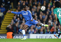 FUSSBALL   CHAMPIONS LEAGUE   SAISON 2013/2014   Vorrunde  in London FC Chelsea - FC Schalke     06.11.2013 Demba Ba (FC Chelsea) am Ball