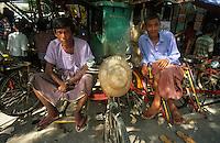 Asie/Birmanie/Myanmar/Haute Birmanie/Mandalay: Le marché - Conducteurs de Rick Shaw