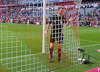 Fussball  1. Bundesliga  Saison 2013/2014  9. Spieltag FC Bayern Muenchen - 1. FSV Mainz     19.10.2013 Schiedsrichterassistent Christian Fischer kontrolliert das Tornetz in der Allianz Arena nach der Halbzeitpause