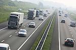 Foto: VidiPhoto<br /> <br /> OCHTEN - Rijksweg A15 bij Ochten is een van de meest gevaarlijke snelwegen van ons land. Er gebeuren relatief veel verkeersongevallen met vrachtwagens. De A15 is de belangrijkste verkeersader tussen het Ruhrgebied in Duitsland en de Rotterdamse havens. De provincie Gelderland telde vorig jaar voor het eerst de meeste verkeersdoden van alle provincie: 99 mensen kwamen om het verkeer. In 2012 was dat nog Noord-Brabant. Noord-Brabant en Gelderland hebben van alle provincies het meest uitgebreide wegennet. Het aantal verkeersdoden in Nederland is vorig jaar fors afgenomen. De cijfers zijn donderdag bekendgemaakt door het Centraal Bureau voor de Statistiek.