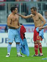 FUSSBALL   CHAMPIONS LEAGUE   SAISON 2011/2012     27.09.2011 FC Bayern Muenchen - Manchester City Trikottausch; Carlos Tevez (li, Manchester City) und Rafinha (FC Bayern Muenchen)