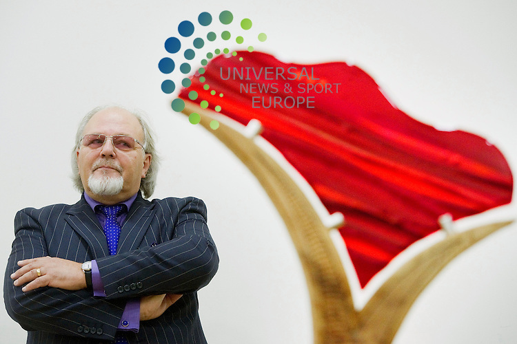 Landscape painter John Lowrie Morrison with the Jolomo Bank of Scotland Award at the Scottish National Gallery in Edinburgh for the launch of the 2012 competition which offers the largest prize for landscape painting, Edinburgh, Scotland, 20th September, 2012..Picture:Scott Taylor Universal News And Sport (Europe) .All pictures must be credited to www.universalnewsandsport.com. (Office)0844 884 51 22.