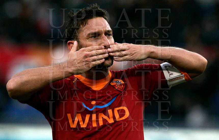 Calcio, Serie A: Roma vs Chievo Verona. Roma, stadio Olimpico, 8 gennaio 2012..Football, Italian serie A: Roma vs Chievo Verona. Rome, Olympic stadium, 8 january 2012..AS Roma forward Francesco Totti greets fans after scoring for the second time on a penalty kick. AS Roma won 2-0..UPDATE IMAGES PRESS/Riccardo De Luca