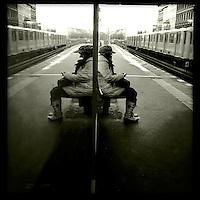Eine Frau wartet auf dem U-Bahnhof Warschauer Strasse auf die U-Bahn.<br /> 25.11.2013, Berlin<br /> Copyright: Christian-Ditsch.de<br /> [Inhaltsveraendernde Manipulation des Fotos nur nach ausdruecklicher Genehmigung des Fotografen. Vereinbarungen ueber Abtretung von Persoenlichkeitsrechten/Model Release der abgebildeten Person/Personen liegen nicht vor. NO MODEL RELEASE! Nur fuer Redaktionelle Zwecke. Don't publish without copyright Christian-Ditsch.de, Veroeffentlichung nur mit Fotografennennung, sowie gegen Honorar, MwSt. und Beleg. Konto: I N G - D i B a, IBAN DE58500105175400192269, BIC INGDDEFFXXX, Kontakt: post@christian-ditsch.de<br /> Bei der Bearbeitung der Dateiinformationen darf die Urheberkennzeichnung in den EXIF- und  IPTC-Daten nicht entfernt werden, diese sind in digitalen Medien nach &sect;95c UrhG rechtlich geschuetzt. Der Urhebervermerk wird gemaess &sect;13 UrhG verlangt.]