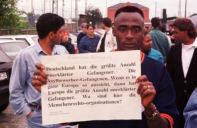 Demonstration von ca. 100 Fluechtlingen aus dem Land Brandenburg und 150 Deutschen im brandenburgischen Guben gegen die sog. Residenzpflicht (der Ort in dem das jeweilige Fluechtlingsheim ist, darf nicht verlassen werden) und gegen die Verschleppung des Prozesses gegen rechtsradikale Jugendliche aus Guben, die den algerischen Fluechtling Farid Guendoul Omar Ben Noui in der Nacht zum 13. Februar 1999 zu Tode hetzten.<br /> Hier: Ein Asylbewerber aus dem Fluechtlingsheim im brandenburgischen Rathenow.<br /> 8.7.2000, Guben<br /> Copyright: Christian-Ditsch.de<br /> [Inhaltsveraendernde Manipulation des Fotos nur nach ausdruecklicher Genehmigung des Fotografen. Vereinbarungen ueber Abtretung von Persoenlichkeitsrechten/Model Release der abgebildeten Person/Personen liegen nicht vor. NO MODEL RELEASE! Nur fuer Redaktionelle Zwecke. Don't publish without copyright Christian-Ditsch.de, Veroeffentlichung nur mit Fotografennennung, sowie gegen Honorar, MwSt. und Beleg. Konto: I N G - D i B a, IBAN DE58500105175400192269, BIC INGDDEFFXXX, Kontakt: post@christian-ditsch.de<br /> Bei der Bearbeitung der Dateiinformationen darf die Urheberkennzeichnung in den EXIF- und  IPTC-Daten nicht entfernt werden, diese sind in digitalen Medien nach &sect;95c UrhG rechtlich gesch&uuml;tzt. Der Urhebervermerk wird gemaess &sect;13 UrhG verlangt.]