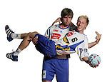Handball Bundesliga 2005/2006 Autogrammkarten Concordia Delitzsch Daniel ANDRAE (hinten) und Ulrich STREITENBERGER (beide Concordia) haben Freude am Foto Shooting. Autogrammkarte, Portrait, Ball, Fun-Bild, Spass, Freude, Grimasse, Studio, Freisteller.