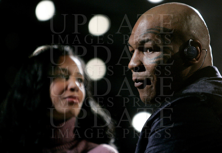 "L'ex pugile statunitense Mike Tyson e la moglie Lakiha Spicer, a sinistra, ospiti della trasmissione ""Barbareschi Sciock"" negli studi di La7 a Roma, 22 gennaio 2010..U.S. former boxer Mike Tyson and his wife Lakiha Spicer, left, take part in the ""Barbareschi Sciock"" TV show in Rome, 22 january 2010..UPDATE IMAGES PRESS/Riccardo De Luca"