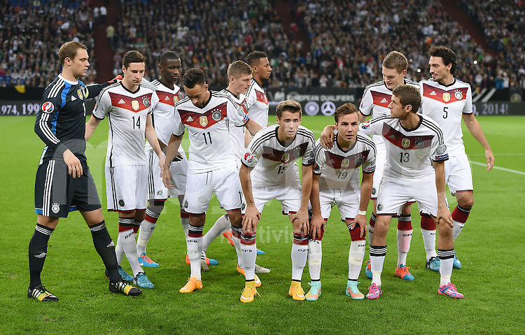 Fussball International EM 2016-Qualifikation  Gruppe D  in Gelsenkirchen 14.10.2014 Deutschland - Irland Die deutsche Mannschaft sortiert sich zum Teambild: Torwart Manuel Neuer, Julian Draxler, Antonio Ruediger, Karim Bellarabi, Toni Kroos, Jerome Boateng, Erik Durm, Mario Goetze, Matthias Ginter, Thomas Mueller und Mats Hummels (v.li.)