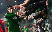 FUSSBALL   1. BUNDESLIGA   SAISON 2012/2013    20. SPIELTAG SV Werder Bremen - Hannover 96                           01.02.2013 Zlatko Junuzovic (SV Werder Bremen) bedankt sich nach dem Abpfiff bei den Fans in der Ostkurve